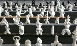 8 achtung, die weißen kommen!, aus der Werkgruppe »mönsterchen«, Kleinskulpturen aus Knete, 2008-12